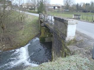 Pont à 2 arches de la RD 2 à Brizeaux